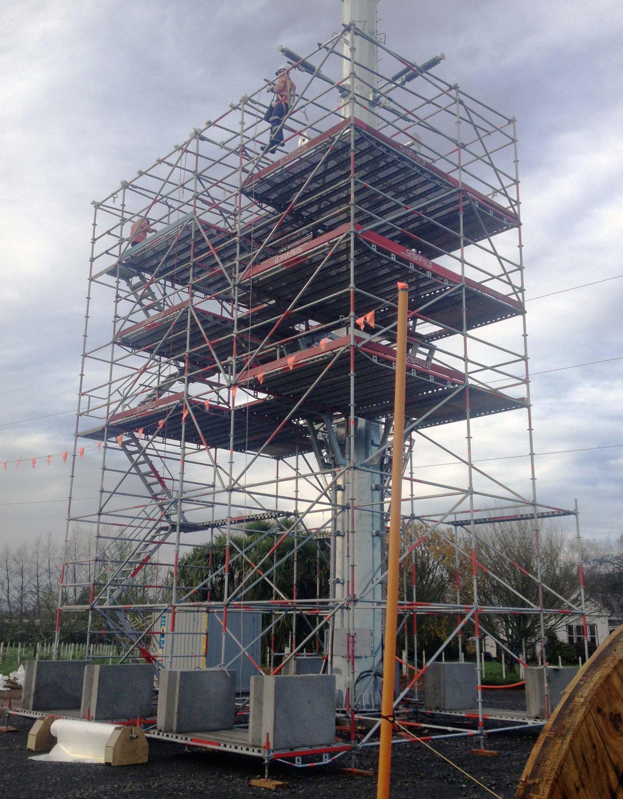 Модулно скеле Allround при ремонт на електрически стълбове
