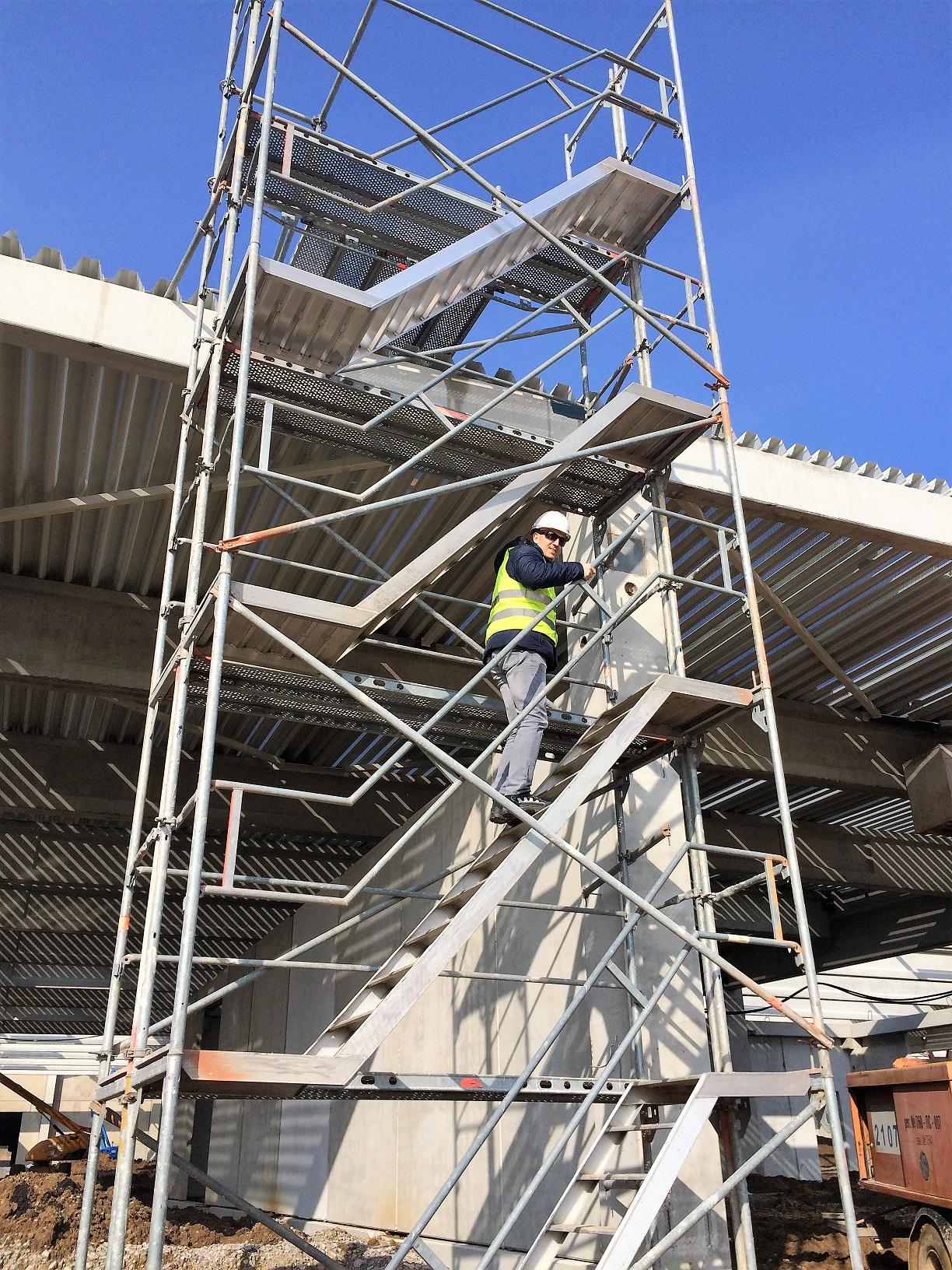 Фасадно скеле Layher SpeedyScaf осигурено от Стройрент за изграждането на логистичния център на Jusk
