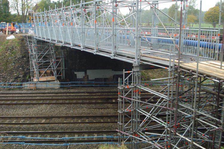 Модулно скеле Layher Allround – изграждане на ПЕШЕХОДЕН временен мост над ЖП линия