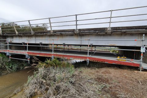 Висящо скеле Layher – комбинация от модулно скеле Allround и алуминиеви греди FlexBeam за изграждането на безопасна работна площадка под мост с малка височина