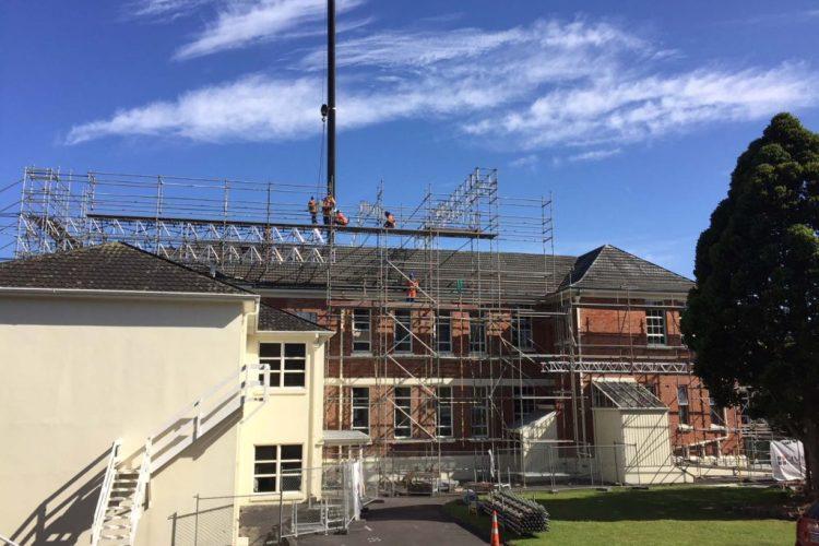 Алуминиеви ферми Layher и модулно скеле Allround за реновиране на училищна сграда