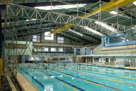 Мобилно скеле Layher при ремонт на покривна конструкция на закрит басейн